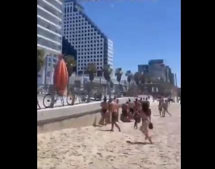 """مئات الإسرائيليين يفرون عراة من على شاطئ البحر بعد سماع صفارات الإنذار """"فيديو"""""""