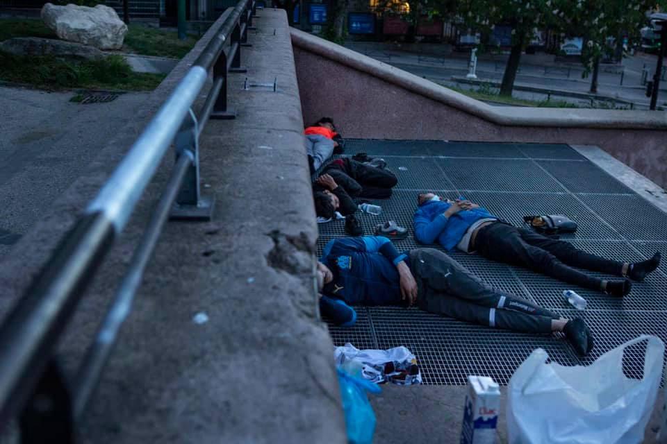 """مؤسف..حراكة مغاربة من الفقر بالمغرب إلى الإدمان على المخدرات والكحول والنوم في العراء أسفل برج """"إيفل"""""""