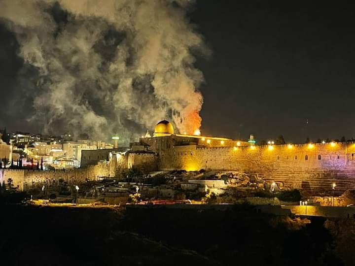 حريق هائل في ساحة المسجد الأقصى في القدس الشرقية المحتلة + فيديو