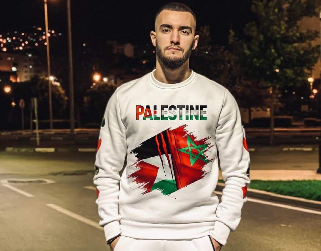 """تضامن زهير بهاوي مع الفلسطينيين بارتداء """"سيرفيت"""" مكتوب عليها فلسطين يجر عليها انتقادات وسخرية عارمة"""