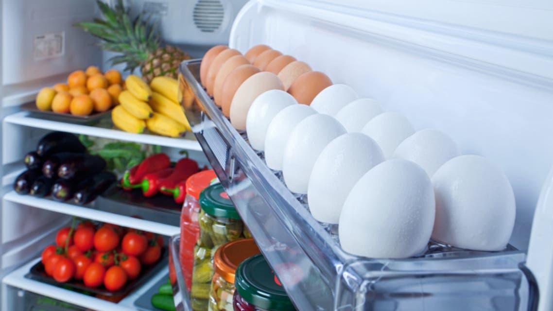 وضع البيض بباب الثلاجة وبلا علبة.. خطأ نرتكبه وخطره مفاجئ