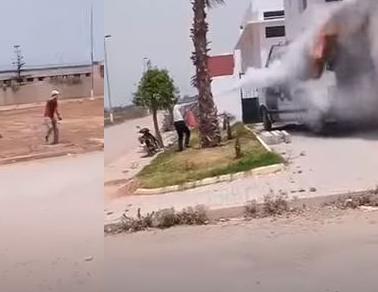 خطير..خمسيني يضرم النار في سيارة للقوات المساعدة بمدينة سلا (فيديو)
