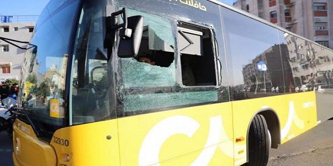 مجهولون يرشقون حافلة ضواحي الدار البيضاء ويتسببون في حالة هلع وسط الركاب..نساء يهربن للاحتماء داخل مقهى وأطفال يبكون