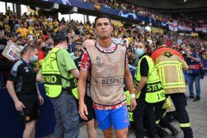 رونالدو يسقط رجل أمن